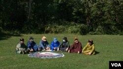 一群生活在美國首都華盛頓郊區馬里蘭州的蒙古族人正在為他們千里之外的家鄉人民發聲,希望他們引以為豪的語言和文化能夠逃脫中國當局侵略性民族政策的侵蝕。(美國之音記者文灝拍攝)
