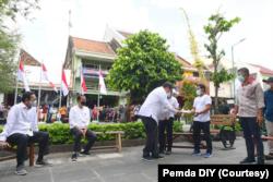 Menko Perekonomian Airlangga Hartarto menyerahkan bantuan BT-PKLW. (Foto: Courtesy/Humas Pemda Yogya)