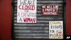 """Des pancartes placées sur la devanture d'un restaurant de Philadelphie en soutien à la """"Journée sans femmes"""" , le 8 mars 2017."""