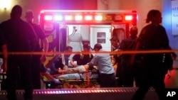 Une équipe de secours administre de premiers soins à un blessé après la fusillade des policiers par des hommes armés lors d'une manifestation antiraciste à Dallas, 8 juillet 2016. (AP Photo / Tony Gutierrez)