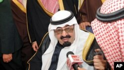 Raja Saudi, Abdullah berbicara dengan media Saudi (foto: dok). Kerajaan Saudi melakukan penindakan tegas terhadap para pembangkang.