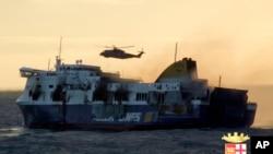 Những cuộn khói dày đặc tiếp tục bốc lên không từ chiếc phà trong lúc trực thăng cứu hộ kéo các hành khách ra khỏi chiếc phà bị cháy ngoài khơi Hy Lạp, ngày 29/12/2014.