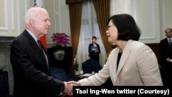 资料照:2016年6月5日台湾总统蔡英文欢迎美国会参议员麦凯恩到访台北。(照片来自蔡英文推特)