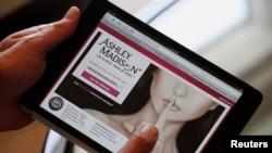 2013年8月28日,阿什利·麦迪逊网站创办人诺埃尔·比德曼在香港接受采访时在平板电脑上展示他的网站。该网站创办于2002年,是世界上最大的已婚男女线上交友网站。(路透社)