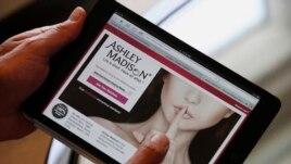 Ekspozohen klientët e një faqeje për tradhti martesore