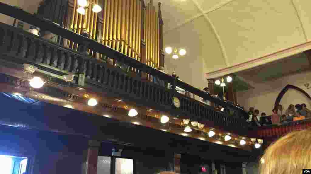 L'orgue de l'église Emmanuel réunis en prière, à Charleston, Caroline du Sud, le 21 juin 2015. (Amanda Scott/VOA)