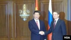 2013年3月23日中国国家主席习近平和国家杜马议长纳雷什金握手(美国之音白桦拍摄)