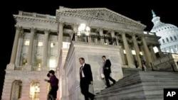 美国国会议员们在国会山上就开支法案通宵工作(资料照片)