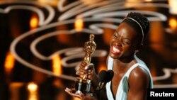 """Lupita Nyong'o,ameshinda tuzo ya muigizaji bora msaidizi katika filam aliyoshiriki """"12 Years a Slave"""", akizungumza katika tuzo za 86 za Oscar huko Hollywood, California March 2, 2014. REUTERS/Lucy Nicholson (UNITED STATES TAGS: ENTERTAINMENT) (OSCARS-SHOW) - RTR3FY5W"""