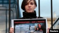 一位摄影记者的妻子在俄罗斯调查委员会总部前面示威