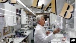Apoteker di apotek-apotek kecil seperti Apotek Morgan kerap meramu sendiri obat-obatan dan krim tertentu dan bersedia mengantar obar resep ke rumah (foto: dok.).