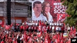 Simpatizantes del candidato presidencial Hugo Martínez y su compañera de fórmula Karina Sosa, del Frente Farabundo Martí para la Liberación Nacional (FMLN), cantan durante el cierre de campañas en San Salvador, El Salvador, el domingo 27 de enero de 2019.