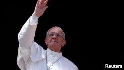 Paus Fransiskus menjadi Paus pertama yang mengunjungi makam Santo Petrus, yang merupakan Paus yang pertama (foto: dok).