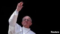 教宗方濟向信眾揮手致意