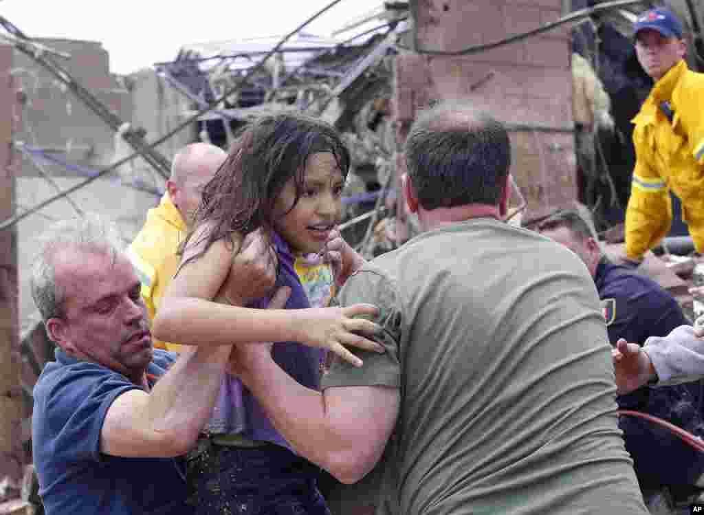 John Warner evalúa los daños y ayuda a los sobrevivientes en el complejo de viviendas móviles Steelman Estate destruido por el tornado cerca de Shawnee, Oklahoma.