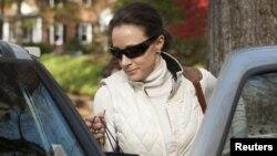 Paula Broadwell sale de su residencia este 19 de noviembre en Charlotte, Carolina del Norte.