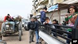 Sîvîên Efrînî ji êrîşan direvin, diherin nav bajarê Efrînê
