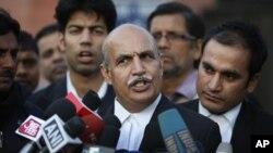 21일 인도 뉴델리 지방법원에서 '버스 집단 성폭행' 피의자들의 첫 공판이 열린 가운데, 이들 중 한명의 변호사 V K 아난드가 기자들에 둘러쌓여있다.