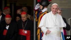 El papa Francisco sale de la sesión matutina del sínodo de obispos en el Vaticano.