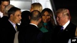 Prezidan Donald Trump ak Premyè Dam Melania Trump nan moman echanj salitasyon ak ofisyèl yon nan Warsaw, Polòy, mèkredi 5 jiyè 2017.