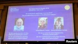 2일 스웨덴 스톡홀롬의 왕립과학원에서 올해 노벨물리학상 공동수상자인 미국의 아서 애슈킨, 프랑스의 제라르 무루, 캐나다의 도나 스트릭랜드 등 3명의 연구자의 이름이 호명되고 있다.