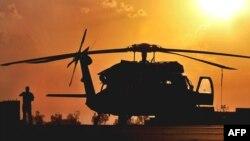 Sebuah helikopter AS jenis UH-60 Black Hawk dalam operasi militer (foto: dok). Sebuah helikopter Black Hawk jatuh di Afghanistan selatan menewaskan 11 orang hari Kamis (16/8).