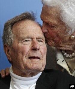 Vợ chồng Bush trong một tấm hình chụp năm 2012