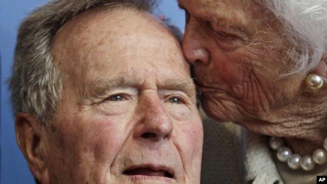 El ex presidente Bush y su señora Barbara hace algunos meses.