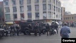 Mitinq saatından əvvəl çox sayda polis qüvvəsi şəhərdə yerləşdirilib