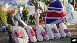 Para penggemar mendiang Putri Diana, berdiri di luar Istana Kensington untuk memberikan penghormatan kepadanya, mengenang 20 tahun mangkatnya Princess of Wales di London, 31 Agustus 2017.(AP Photo/Frank Augstein)