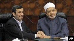 Tổng thống Iran Mahmoud Ahmadinejad bắt tay với đại giáo sĩ Hồi giáo Sunni Sheikh Ahmed al-Tayeb tại Cairo, ngày 5/2/2013. Vị giáo sĩ này đã trấn an ông Ahmadinejad rằng Ai Cập sẽ đứng về phía Iran.