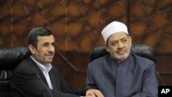 ایرانی صدر محمود احمدی نژاد دورہ مصر کے دوران میں قاہرہ کی جامعہ الازہر کے شیخ احمد الطیب کے ہمراہ (فائل)