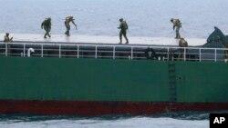 지난해 7월 일본 지바현 보소반도 남쪽 해상에서 실시된 대량살상무기 확산방지 구상, PSI 훈련에서 미 해안경비대 요원들이 의심 선박을 수색하고 있다.