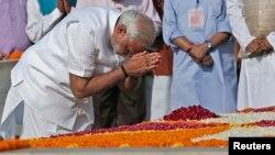 ທ່ານ Narendra Modi ສະແດງຄວາມເຄົາລົບ ທີ່ອະນຸສາວະລີ Mahatma Gandhi ທີ່ Rajghat ກ່ອນພິທີສາບານໂຕເຂົ້າ ຮັບຕຳແໜ່ງ ຂອງທ່ານ ທີ່ກຸງ ນີວເດລີ ວັນທີ 26 ພຶດສະພາ 2014.