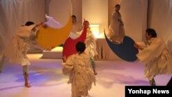 한민족의 수난사를 아리랑과 굿으로 풀어낸 새로운 연극 '얼빛 아리랑'이 서울 대학로 예술극장에서 오는 31일까지 공연된다. 사지은 프레스콜 장면.