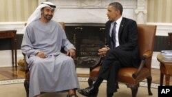 Rais wa Marekani Barack Obama akizungumza na mwana mfalme wa UAE Mohammed bin Zayed Al Nahyan huko White house.