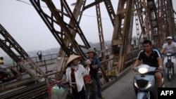 Cầu Long Biên bắc qua sông Hồng tại Hà Nội