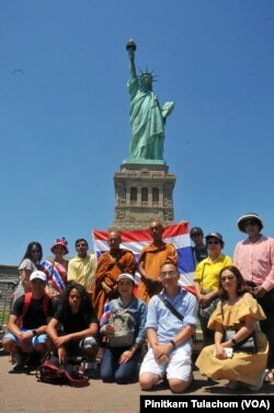 พระสุธรรม ฐิตธัมโม เดินทางถึงอนุสาวรีย์เทพีเสรีภาพ ใจกลางอ่าวนิวยอร์ก