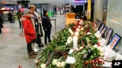 La tripulación del avión ucraniano que se estrelló en Irán el miércoles 8 de enero es honrada en el aeropuerto internacional de Borispil, en Ucrania.