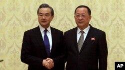왕이 중국 외교담당 국무위원 겸 외교부장과 리용호 북한 외무상이 2일 평양 만수대의사당에서 악수하고 있다.