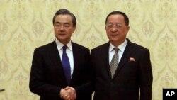 中國外長王毅(左)5月2日訪問平壤與北韓外長李勇浩(右)見面握手照。