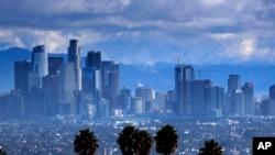 洛杉磯市郊山區11月29日白雪覆蓋,上空陰雲密布。