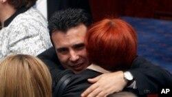 Makedonski premijer Zoran Zaev prima čestitke od poslanika nakon glasanja o ustavnim amandmanima, u makedonskom Sobranju, 11. januara 2019.