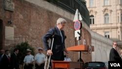 نشست خبری جان کری وزیر خارجه آمریکا در مقابل هتل کوبورگ وین محل برگزاری مذاکرات اتمی ایران و گروه ۱+۵ - ۱۴ تیر ۱۳۹۴