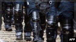 Cảnh sát chống bạo động Đức bảo vệ đường ray gần Harlingen, 27/11/2011