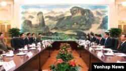북한 김정은 국방위원회 제1위원장의 특사 자격으로 중국을 방문한 최룡해 인민군 총정치국장이 24일 시진핑 국가주석 겸 당 총서기를 예방, 대화를 나누고 있다.