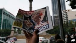 2016年11月9日,墨西哥城街头报贩叫卖印有丑化川普照片的报纸。