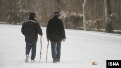 بخاطر برف شدید، هزاران مسافر در جاده ها ماندند.