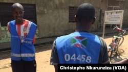 Des propriétaires de vélos dans les rues de la capitale Bujumbura, au Burundi, le 28 novembre 2016. (VOA/Christophe Nkurunziza)