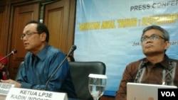 """Ketum Kadin Indonesia, Suryo Bambang Sulisto (kiri), dan Ketua LP3E Kadin Indonesia, Didik Rachbini (kanan) dalam pemaparan """"Catatan Awal Tahun Kepemimpinan Ekonomi Baru 2014"""", di Jakarta, Senin, 27 Januari 2014 (VOA: Iris Gera)."""